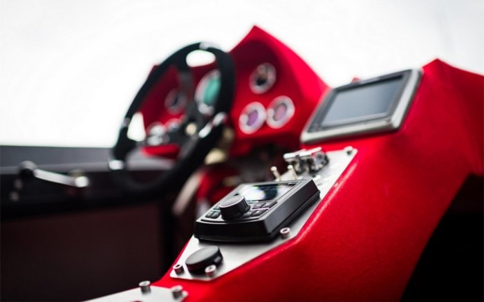 В Alpha Centauri даже есть музыкальная система, правда, ее плохо слышно из-за рева двигателя. | Фото: insidehook.com.