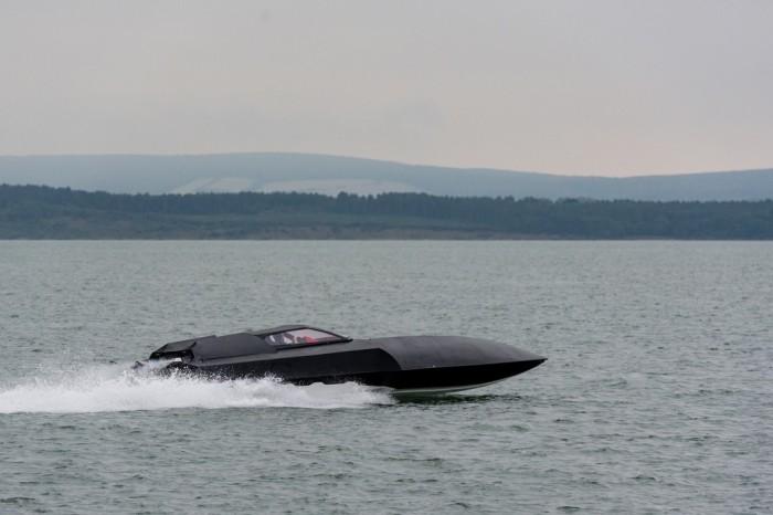 Моторная лодка Alpha Centauri дает «газу». | Фото: youtube.com.
