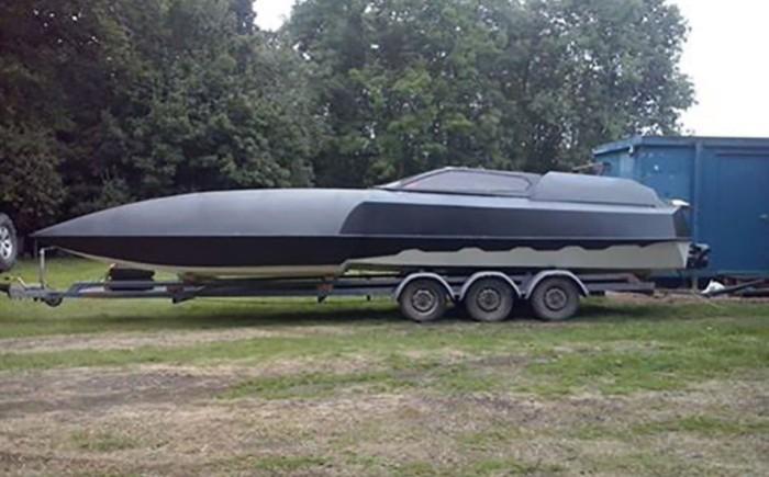 Моторная лодка Alpha Centauri на лафете.   Фото: thesun.co.uk.
