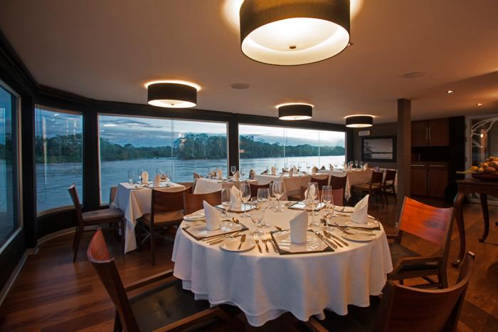 Ресторан отеля на воде Aria Amazon. | Фото: beautifullife.info.