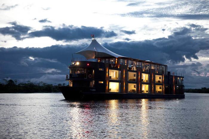 Вечерние огни отеля на воде Aria Amazon. | Фото: beautifullife.info.