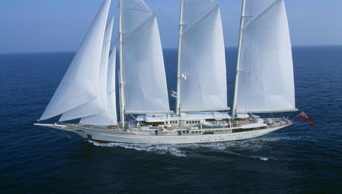 90-метровая яхта Athena с парусным вооружением трехмачтовой шхуны.