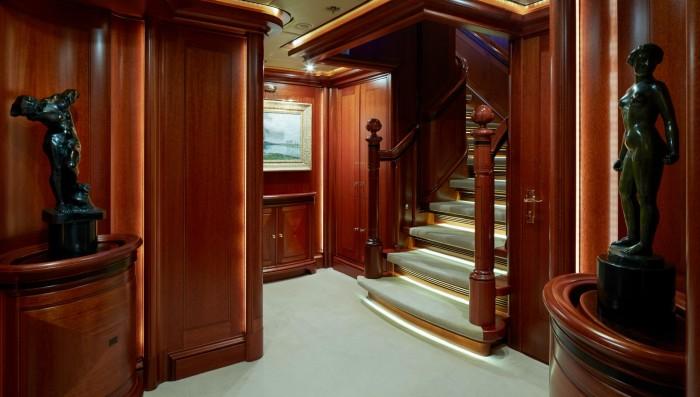 В оформлении интерьера использованы классические мотивы.