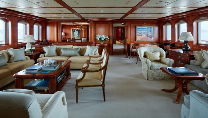 Просторный салон 90-метровой парусной яхты Athena.