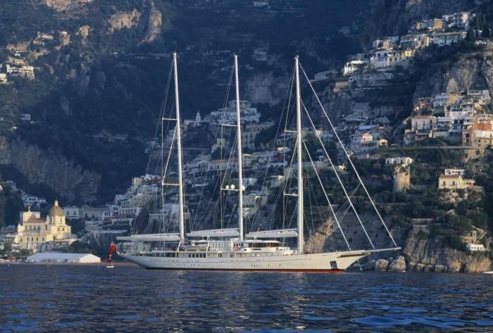 Яхта Athena возле берега.
