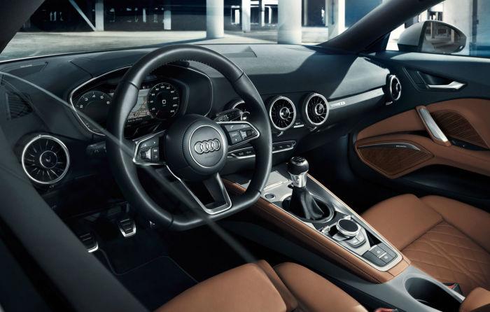 В новой Audi TTS весь центр приборной панели освобожден от кнопок.