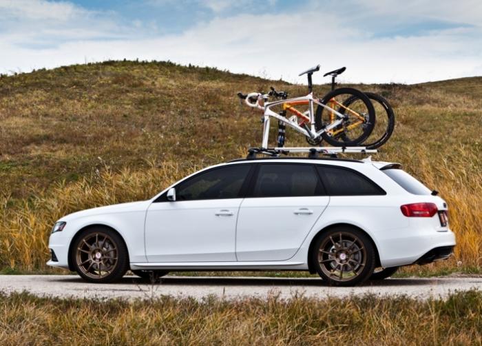 Audi A4 Avant с велосипедами на крыше.
