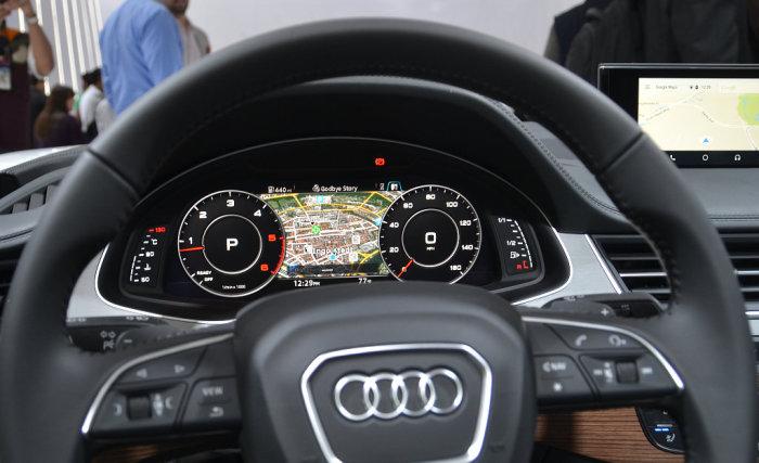 Технология «виртуальный кокпит» на внедорожнике Audi Q7.
