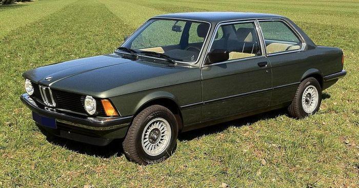Самые слабые версии BMW E21 имели всего две фары. | Фото: en.wikipedia.org.
