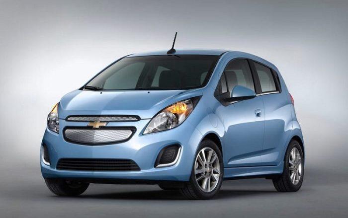 Голубой хэтчбек Chevrolet Spark 2014 года. | Фото: cheatsheet.com.