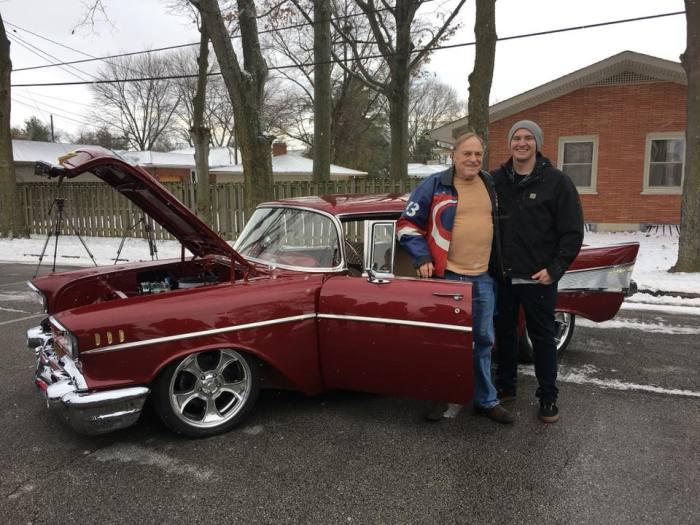 Дед и внук у Chevrolet Bel Air 1957 года, который обрел вторую жизнь. | Фото: facebook.com.