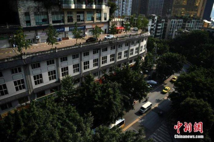 На первый взгляд, это обычный пятиэтажный дом в Китае.   Фото: odditycentral.com.