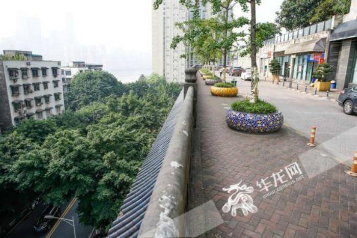Стоя на улице, сложно представить, что снизу находится пятиэтажный дом.   Фото: indiatimes.com.