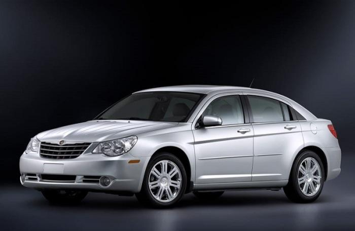 Седан Chrysler Sebring третьего поколения выпускался с 2007 по 2010 гг. | Фото: cheatsheet.com.