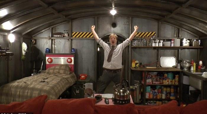 Колин Фёрз в своем металлическом бункере.