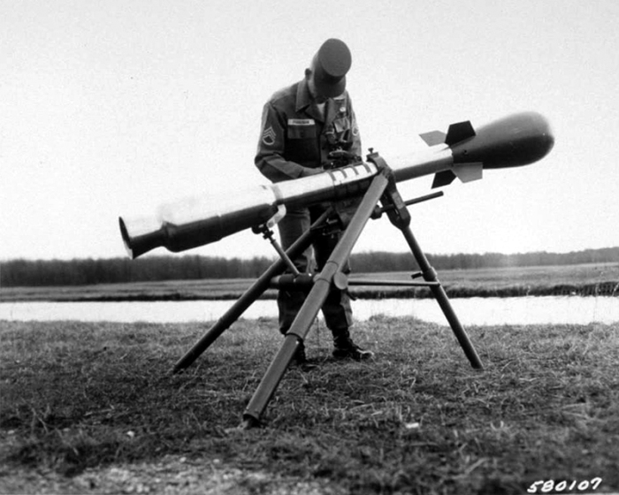 Ядерная бомба M-388 Davy Crockett на треноге, 1961 год.