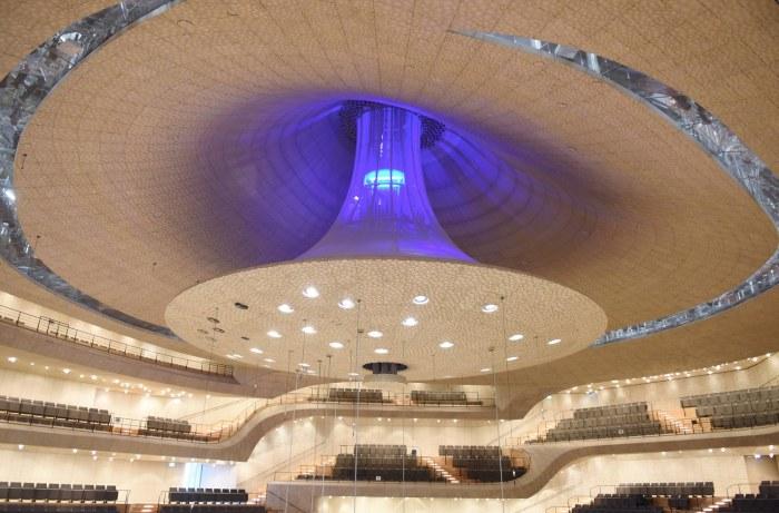 Зал состоит из 10000 акустических панелей.