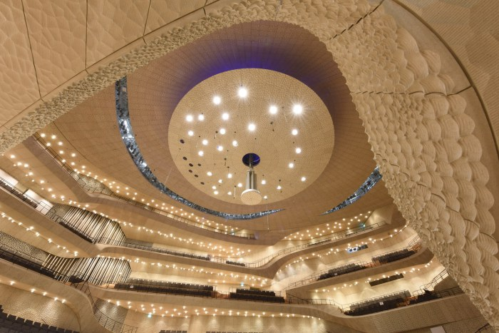Акустические панели на отражателе концертного зала расположены в форме цветка Фибоначчи.