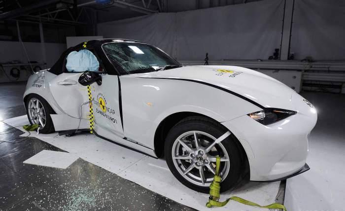 Спортивный родстер Mazda MX-5 после бокового удара.