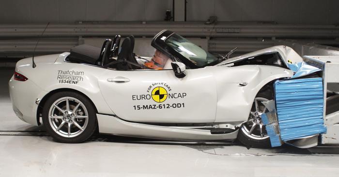 Спортивный родстер Mazda MX-5 после фронтального удара на скорости 64 км/ч.