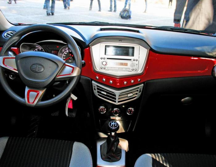 Салон FAW Oley привлекает самобытным дизайном, но водителю и пассажирам придется смириться с определенными неудобствами. | Фото: autotras.com.