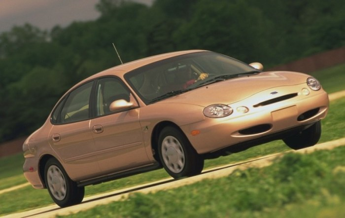 Ford Taurus 1996 года не отличался привлекательным внешним видом. | Фото: cheatsheet.com.