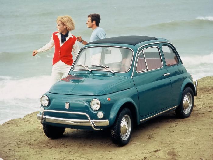 Автомобили Fiat 500 имели складной мягкий верх. | Фото: seriouswheels.com.
