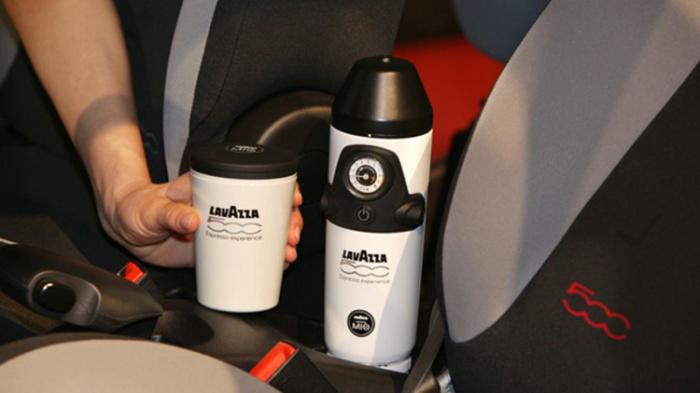 Кофеварка Lavazza, установленная между передними сидениями Fiat 500. | Фото: autoblog.com.