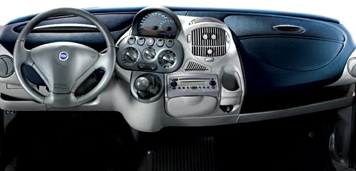 Итальянский компактвэн Fiat Multipla внутри еще страшнее, чем снаружи.