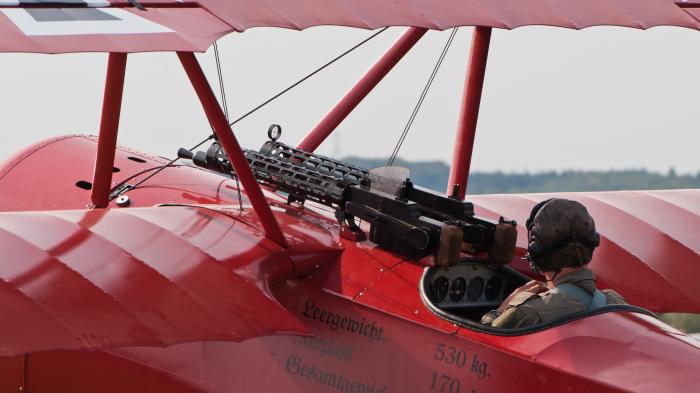 Немецкий истребитель Fokker DR.I, вооруженный пулеметами Spandau.