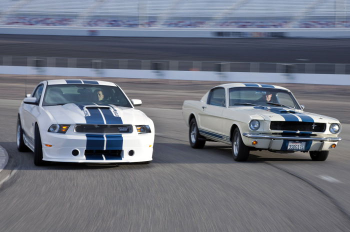 Ford Mustang Shelby GT350 2011 года и модель 1965 года.