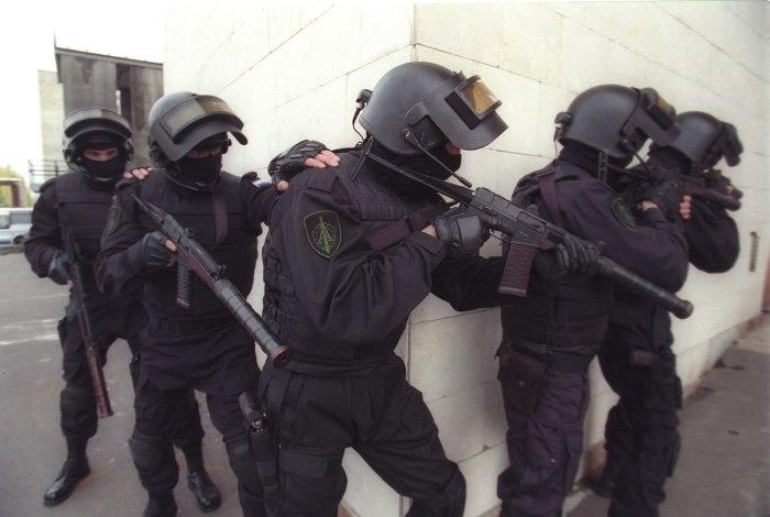 Управление «Альфа» ФСБ РФ за работой. В руках бойцов автоматы «Вал».