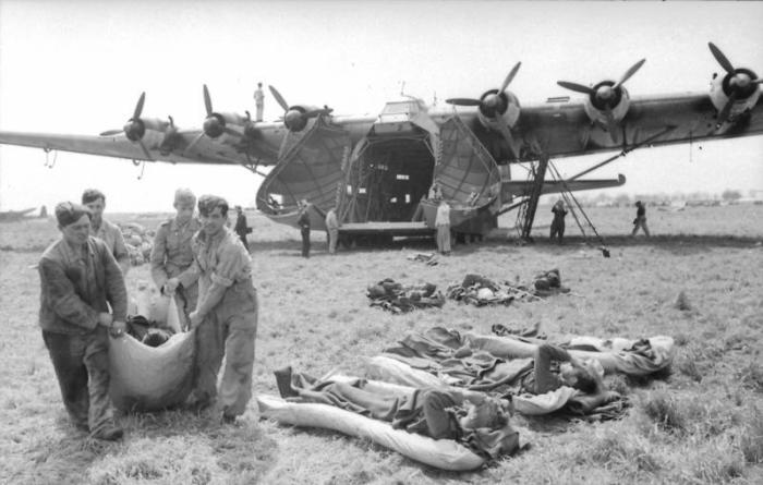 Солдаты выгружают раненых из Messerschmitt Me.323. Италия, март 1943 года. | Фото: bild.bundesarchiv.de.