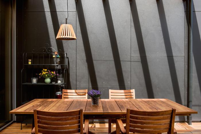 Интерьер дома выполнен в том же контрастном стиле, что и экстерьер.