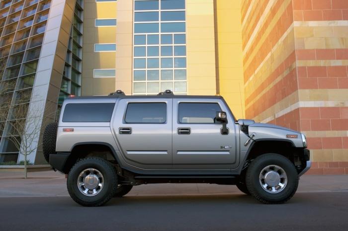 Внедорожник Hummer H2 – это гражданская версия военного автомобиля. | Фото: cheatsheet.com.