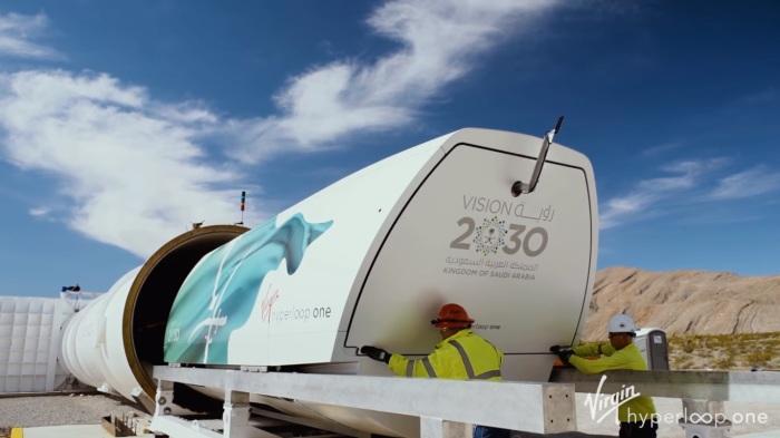 Пожалуй, Hyperloop One украшен цветами Саудовской Аравии далеко не случайно. | Фото: youtube.com.