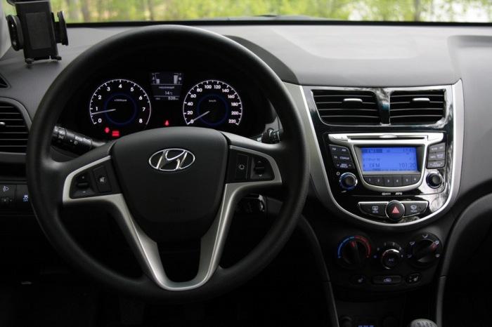 Среди автомобилей-одноклассников Hyundai Solaris выделяется отличным интерьером. | Фото: drive2.ru.