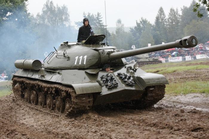 Тяжелый танк ИС-3 должен был буквально проламывать оборону немцев. | Фото: modernweapon.ru.