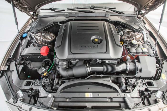 Рядный 4-цилиндровый двигатель под капотом седана Jaguar XF. | Фото: motortrend.com.