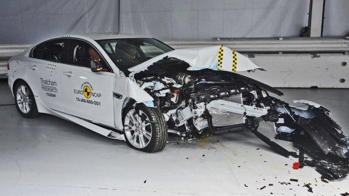 Jaguar XE после успешного фронтального удара.