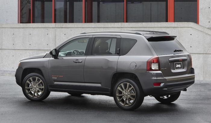 Несмотря на громкое имя и привлекательный дизайн, кроссовер Jeep Compass не отличается высокой производительностью. | Фото: cheatsheet.com.