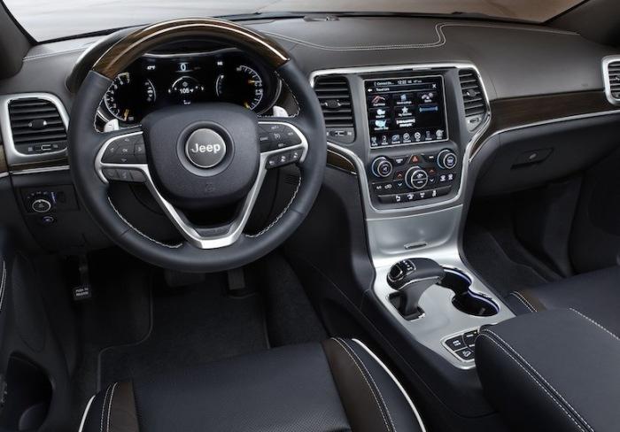 Салон Jeep Grand Cherokee с необычной схемой переключения передач. | Фото: cheatsheet.com.