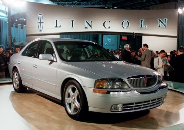 Американский седан Lincoln LS выпускался с 1999 по 2006 года. | Фото: cheatsheet.com.