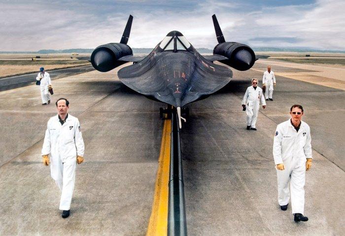 Lockheed SR-71 Blackbird – это огромный самолет массой до 77 тонн, из которых большую половину занимает топливо. | Фото: hi-news.ru.
