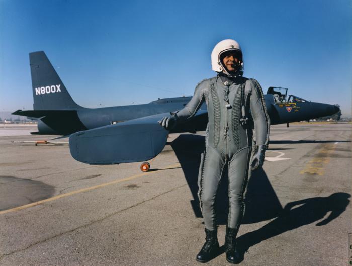 Летчик в высотном костюме возле крыла самолета-разведчика Lockheed U-2. | Фото: pinterest.com.