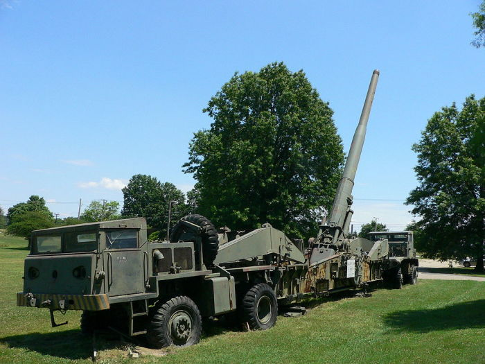 Тягач с орудием М65 в Абердине, штат Мэриленд, США.