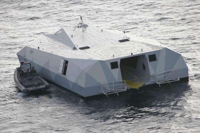 Виден открытый пандус для захода 11-метровой десантной лодки.
