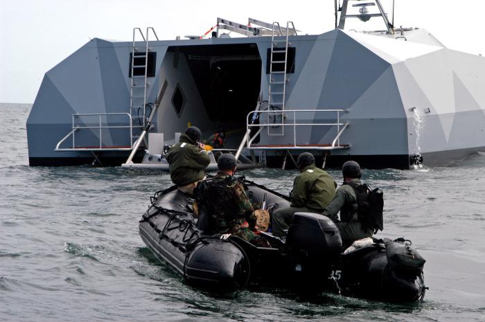 Морские котики на надувной лодке подходят к задней рампе Stiletto.