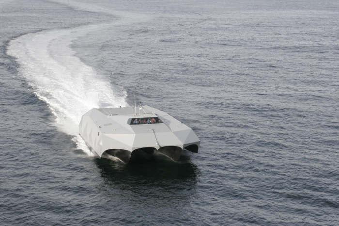 Во время движения корпус Stiletto выныривает над водой.