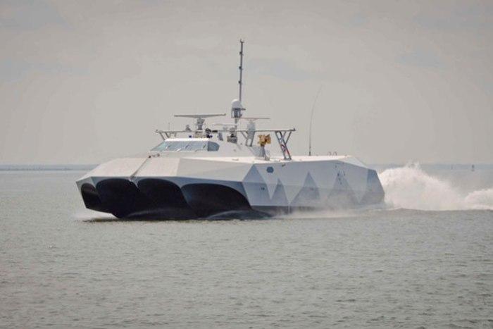 Экспериментальное судно Stiletto у побережья Вирджиния-Бич.